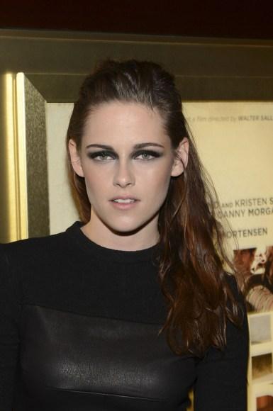 Kristen está acostumada demais com seu papel de vampira... Mas o que fica bem na telinha  as vezes NÃO funciona na vida real, né gente! Mão leve na sombra preta minha gente!!