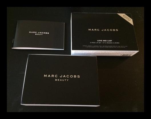 O livrinho de apresentação da marca, a caixa externa e a caixa com os produtos